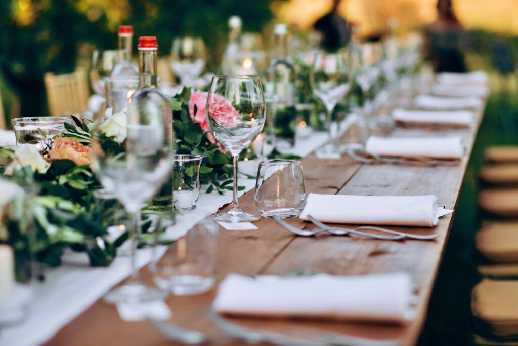 Dekoracija stola za proslave u prirodi