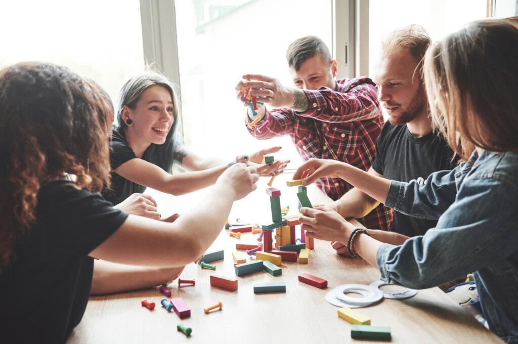 Igranje društvene igre u vikendici