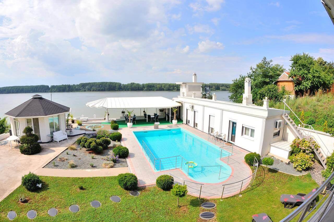 Vila sa bazenom sa pogledom